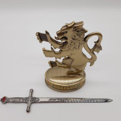 Brieföffner aus Metall mit aufwändigen Verzierungen.