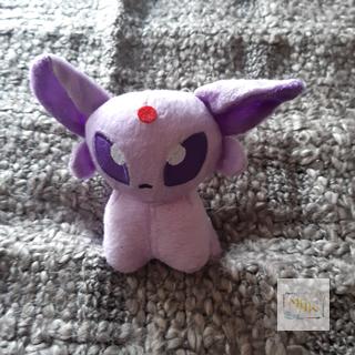 Pokémon Plüschtiere - das perfekte kleine Geschenk Liebevoll gefertigte Pokémon Plüschtiere zum kuschelweichem Liebhaben. Aber auch als Sammlerstück machen sie eine gute Figur. Zum Anschauen, Kuscheln oder als Begleiter auf Reisen - da leuchten nicht nur Kinderaugen. Niedliche Pokémons machen Kinder oder Freunde glücklich.